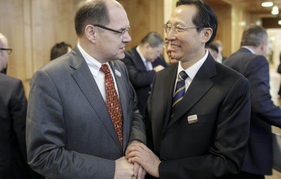 Bundesminister Schmidt im Gespräch mit seinen Kollegen