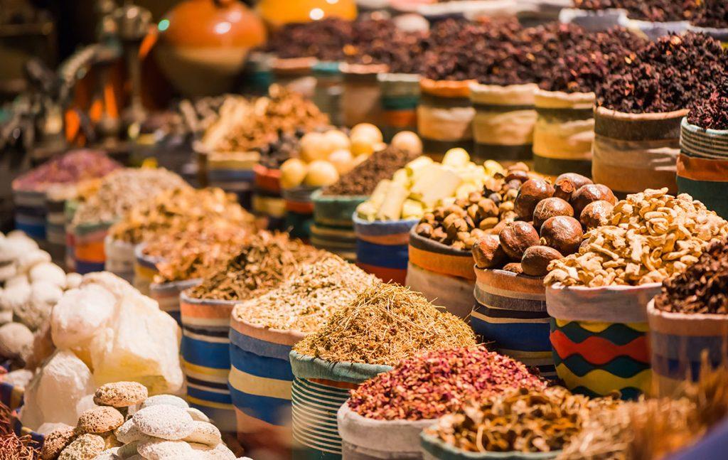 Nahrungsmittel und Gewürze auf einem Basar © arts / Adobe Stock